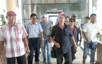 Koordinator aksi demo damai AMKB Menteng Asmin (tengah) saat mendatangi kantor DPRD Katingan beberapa hari lalu. BORNEONEWS/ABDUL GOFUR
