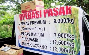 Spanduk harga beras premium dan medium saat operasi pasar yang dilakukan bulog. BORNEONEWS/HAMIM