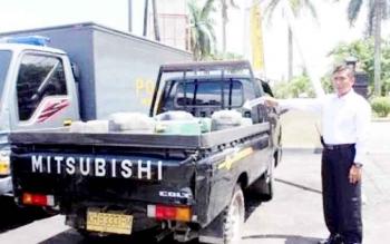 BARANG BUKTI : Polisi menunjukkan barang bukti ratusan liter BBM jenis solar di dalam jiriken dari tersangka pelangsir BBM di Kotawaringin Timur beberapa waktu lalu. Sementara di Kobar, para pelangsir BBM belum ditindak.