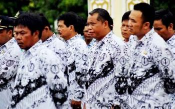 Para kepala sekolah dan guru saat mengikuti kegiatan di halaman Pemkab Pulang Pisau. BORNEONEWS/JAMES DONNY
