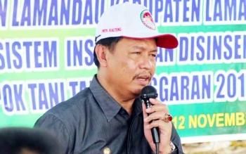 Wakil Bupati Lamandau, Sugiyarto, saat memberikan arahan kepada masyarakat Desa Bakonsu untuk tidak melakukan pembakaran lahan. BORNEONEWS/HENDI NURFALAH