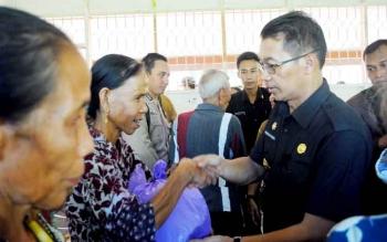 Bupati Mura, Perdie M Yoseph menyerahkan bantuan sembako kepada warga Desa Olung Nango, Selasa (24/1/2017). BORNEONEWS/SUPRI ADI