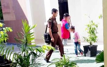 SIDANG CEPAT : Deni alias Ipang, terdakwa perantara peredaran sabu ketika digiring petugas jaga tahanan dari Kejari Gumas untuk menuju ke ruang sidang PN Palangka Raya. Ika Lelunu