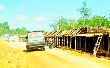 suasana pembangunan pile slab di jalur Pangkalan Bun-Kolam, tahun 2014 lalu.
