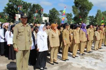 UPACARA : Para guru saat mengikuti upacara di Pulang Pisau. BORNEONEWS/JAMES DONNY