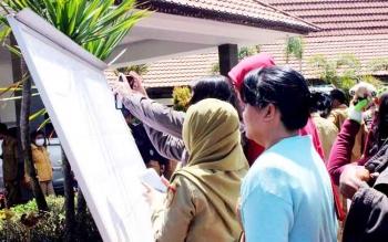 Tenaga kontrak melihat pengumuman hasil seleksi di BKD Provinsi Kalimantan Tengah, Selasa (24/1/2017). (BORNEONEWS/ROZIQIN)
