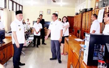 Sekdisdik Gazali Rahman disamping gubernur saat sidak ke dinas tersebut pekan lalu.Sugianto meminta Disdik memberi penjelasan kepada pemkab/pemkot terkait wajibnya penganggaran di APBD masing-masing untuk gaji guru kontrak.