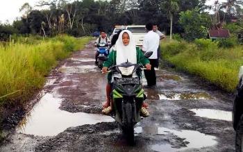 RUSAK : Jalan menuju desa Wono Agung dalam keadaan rusak, Rabu (25/1/2017). BORNEONEWS/JAMES DONNY