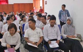 Wakil Ketua Panitia Seleksi Tenaga Kontrak I Kethut Widhie Wirawan yang juga menjabat Asisten III Bidang Administrasi Umum, saat meninjau saat-saat dimulainya pelaksanaan tes di Aula BKD, Kamis (26/1/2017). BORNEONEWS/M ROZIQIN