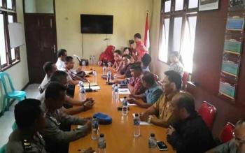 Anggota tim Pansus DPRD Katingan meminta keterangan Aipda Sulis Heri di ruang Rupatama Polres Katingan, Kamis (26/1/2017).