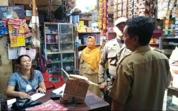 Tim Satpol PP Kotawaringin Timur, melakukan pemeriksaan di warung- warung yang diduga berjualan minuman keras tanpa izin. BORNEONEWS/RIAN NAFARIN