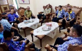 Suasana pertemuan di Ruang Kerja Ketua DPRD Lamandau, H. Tommy Hermal Ibrahim, dengan ASN perwakilan SKPD Pemkab Lamandau, di Nanga Bulik, Kamis (26/1/2017).