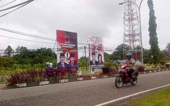 Baliho dua kandidat Paslon kepala daerah Barito Selatan 2017-20122, di kawasan Jalan Pahlawan, Buntok berdiri tegak jadi pemandangan kota. BORNEONEWS/PPOST/H. LAILY MANSYUR