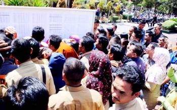 Para pelamar tenaga kontrak di lingkup Pemprov saat mengecek daftar nama yang lulus seleksi administrasi yang dipajang di halaman BKD Kalteng, Selasa (24/1/2017). BORNEONEWS/ROZIQIN