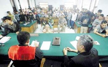 Ratusan warga mengantre untuk mengikuti sidang tilang di Pengadilan Negeri Pangkalan Bun.