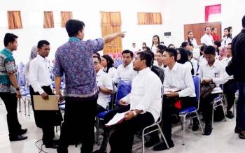 Panitia Seleksi saat mengatur peserta tes tulis untuk formasi tenaga administratif di aula BKD Kalteng. BORNEONEWS/ROZIQIN