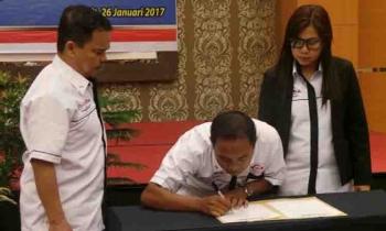 Ketua Forum Kerjasama Asosiasi Jasa Konstruksi (Forjasi) Kotim Muhammad Gumarang menyaksikan penandatanganan pakta integritas yang dilakukan perwakilan pengusaha kontruksi, Kamis (26/1/2017). BORNEONEWS/MUHAMMAD HAMIM