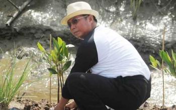 Bupati Seruyan Sudarsono saat melakukan penanaman bibit pohon mangrove dipinggiran badan jalan menuju pantai Siamuk, Desa Sungai Undang, Kecamatan Seruyan Hilir, Jumat (27/1/2017).