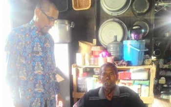 Dinas Sosial Pemberdayaan Masyarakat Desa Pemberdayaan Perempuan dan Perlindungan Anak (Dinsos PMDPP – PA) Sukamara saat menyerahkan bantuan kursi roda kepada masyarakat Sukamara, Jumat (27/1/2017), BORNEONEWS/NORHASANAH