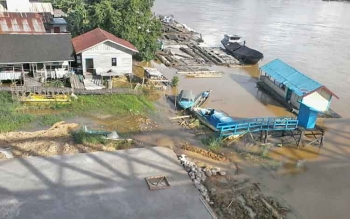 Air Sungai Katingan di sekitar Jembatan Kasongan mulai meluap ke permukaan karena curah hujan akhir-akhir ini tinggi.