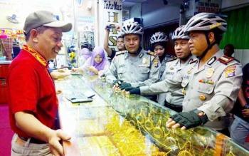 Kapolres Palangka Raya AKBP Lili Warli berbincang sekaligus memberikan imbauan kepada salah satu pedagang emas, Suharle di Pasar Besar, Sabtu (28/1/2017).