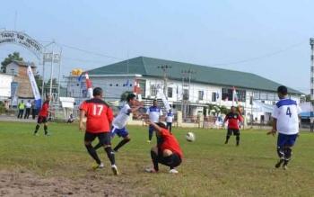 Suasana lokasi pertandingan sepak bola yang digelar di Lapangan Gagah Lurus Kuala Pembuang.