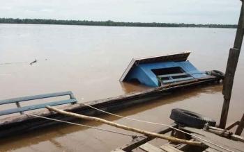 Posisi Fery masih dalam air di Pelabuhan Anjir Sampit Desa Buntoi, Kecamatan Kahayan Hilir, Kabupaten Pulang Pisau, Jumat (27/1/2017).
