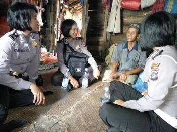 Tim Sambang Polwan Polres Kapuas mengunjungi Utuh (53), seorang kakek yang hidup sebatang kara, di Desa Handiwung, Kecamatan Pulau Petak, Kabupaten Kapuas.