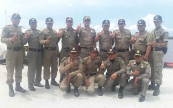 Kepala Dinas Satpol PP dan Damkar Sukamara saat berfoto bersama dengan anggota Satpol PP.