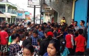 Salah satu rumah di di Jalan Cakra Adiwiyaja Komplek Pasar Lama Kelurahan Mendawai Sukamara ramai dipadati anak-anak untuk mendapatkan angpao, Sabtu (28/1/2017).