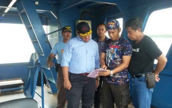Bupati Pulang Pisau, H. Edy Pratowo didampingi Kepala Dinas Pehubungan dan anggota Pol Airud Polres Pulang Pisau saat menuju lokasi tenggelam kapal fery di Buntoi, Sabtu (28/1/2017).