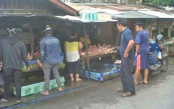 Pedagang daging ayam di Pasar Kasongan tampak sibuk melayani pembeli, Sabtu (28/1/2017).