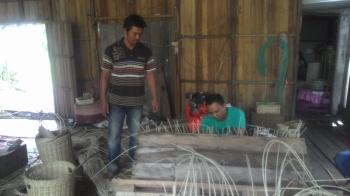 Perajin rotan di Jalan Durian, Desa Pulau Telo Baru, Kecamatan Selat, Kabupaten Kapuas.
