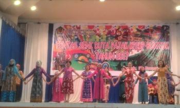 Beberapa siswa menari diacara pagelaran Pentas Seni Duta Pajak.