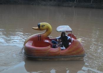 Seorang ibu dan anaknya sedang main sepeda air disalah satu objek wisata di Buntok, Barsel.