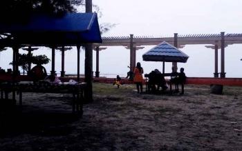 Pada liburan Imlek 2017 suasana di Pantai Kubu Sepi. Jumlah pengunjung tidak sampai 200 orang higga Minggu (29/1/2017) siang.