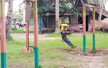 Fasilitas permainan anak di kawasan Pantai Kubu, banyak yang sudah rusak. Salah satunya adalah arena bermain ayunan. Tampak salah seorang anak sedang bermain, dari empat ayunan hanya satu yang dapat digunakan.