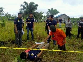 Tersangka, Rendi alias Pumpung saat memperlihatkan caranya membacok korban Ade Sucipto dalam adegan rekonstruksi di lokasi kejadian, Minggu (29/1/2017).