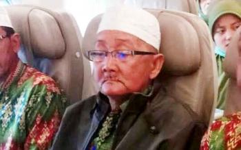 Almrhum Yahya Engkel Tueng, saat berada di dalam pesawat ketika berangkat umrah dengan biaya dari Pemkab Lamandau, 17 Januari 2017 lalu.