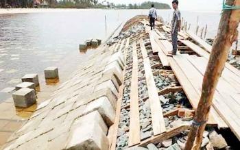 Pemerintah pusat gelontorkan dana Rp4 Miliar untuk membangun pemecah ombak di Desa Keraya, Kecamatan Kumai.