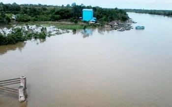 Sungai Katingan di sekitar Jembatan Kasongan Kabupaten Katingan mulai meluap ke permukaan, Minggu (29/1/2017).