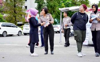 Biro SDM Polda Kalteng bersama SDM Polres Palangka Raya mensosialisasikan penerimaan polisi sumber sarjana di Bundaran Besar, Palangka Raya, Minggu (29/1/2017) pagi.