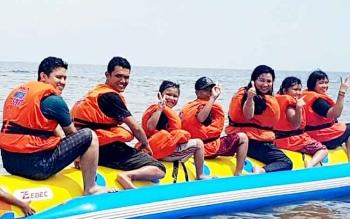 Salah satu wahana permainan yang dinikmati pengunjung objek wisata Pantai Ujung Pandaran.