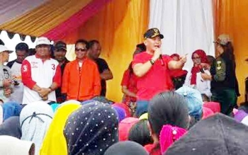 Kedatangan Gubernur Kalteng, Sugianto Sabran ke arena CFD di Jalan Pemuda, Kecamatan Kumai menyedot perhatian ribuan pasang mata. Minggu (29/1/2017).