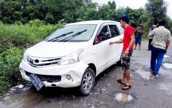 Satu unit mobil jenis Toyota Avanza yang ikut tenggelam dalam musibah tenggelamnya Feri angkutan penyebrangan di Sungai Kahayan sekitar Desa Mintin dan Desa Buntoi, sudah dapat dievakuasi, Minggu (29/1/2017).