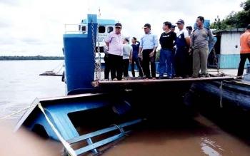 Bupati Pulang Pisau Edy Pratowo saat berada di lokasi fery tenggelam di Desa Buntoi, Sabtu (28/1/2017).