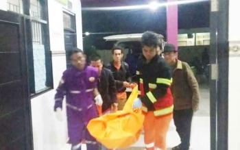 Fitriansyah alias Ifit, korban gantung diri dievakuasi ke kamar jenazah RSUD dr Doris Sylvanus Palangka Raya.