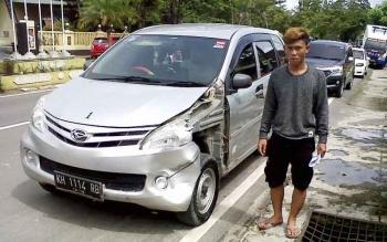 Begini kondisi mobil KH 1114 RB milik Utarman yang disewa oleh Arifin (23) pengemudi ugal ugalan yang menyerempet dan menabrak banyak pengguna jalan di Pangkalan Bun Jumat (27/1/2017) sekitar pukul 20.00 WIB