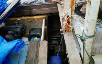 Jeriken minyak yang disembunyikan di dalam kapal Inka Mina 892 GT. 42