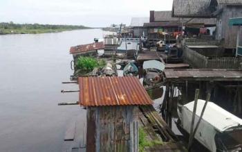 Jamban masih banyak berjejer di bantaran Sungai Jelai.